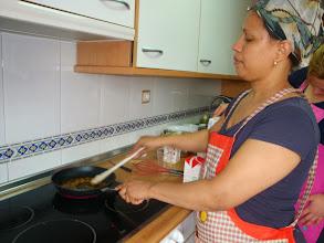 Photo: Delma haciendo caramelo