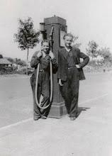 Photo: 1940-1941 Heuvelplein. Dubbelportret met Cees van den Wijngaard en Christ Gielen bij de benzinepomp. De benzinepomp is van fa. A. van den Wijngaard (is broer van Cees). Links staat Cees van den Wijngaard (geb. Princenhage 29 januari 1925, later touringcarondernemer) en rechts zijn vriend Christ Gielen, eveneens Princenhagenaar. Links op de achtergrond de schuur van klompenmakerij Maas.  Van: Dick van Unnik.