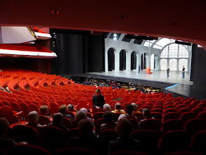 Photo: Grote zaal met een decor van Mata Hari