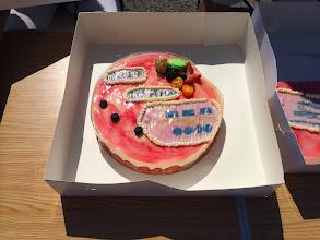 Photo: A la mi-journée, après apéritif et pique nique tiré du sac, nous avons fêter les 10 ans du club en dégustant 2 cadeaux fait sur mesure aux couleurs de Roller Côte d'Azur ici...