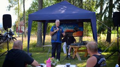 Photo: Mockfjärd. René sharing the Gospel.