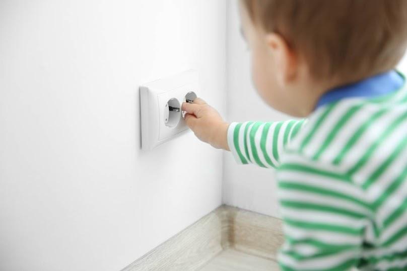 Dla bezpieczeństwa dzieci należy zabezpieczyć gniazdka, krawędzie, szuflady itd.