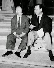 Photo: Hitchcock com John Michael Hayes, roteirista de 4 de seus filmes.