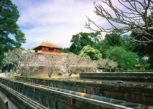 Lăng Minh Mạng, hoa cỏ chạm kiến trúc