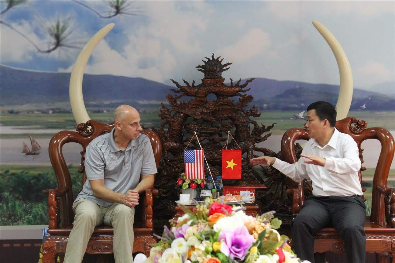 Đồng chí Đại tá Nguyễn Mạnh Hùng, Phó Giám đốc Công an tỉnh trao đổi công tác đấu tranh phòng chống ma túy của CANA với ngài Daniel Holcomb, Tùy viên DEA tại Hà Nội.