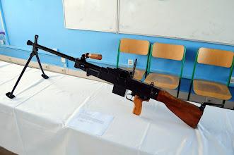 """Photo: Univerzální kulomet vzor 59.Je první československý univerzální kulomet, byl zaveden do výzbroje Československé lidové armády v 60 letech. Kulomet je opět založen na sovětském standartu munice ráže 7.62 x 54R, která se používá již od dob první světové války. V letech 1960–1975 bylo vyprodukováno zhruba 37 000 kusů těchto kulometů. Vyráběla se i exportní verze s nábojem 7,62 x 51 mm NATO, který byl používán v alianci NATO jako """"Univerzální kulomet vzor 68"""". Obchodní název tohoto kulometu byl Rachot. Autor popisku - Štěpán Pravda, student 2. A."""