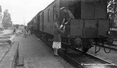 Photo: Järnvägsstationen i Vasselhyttan. Helga Pettersson lämnar post 1950