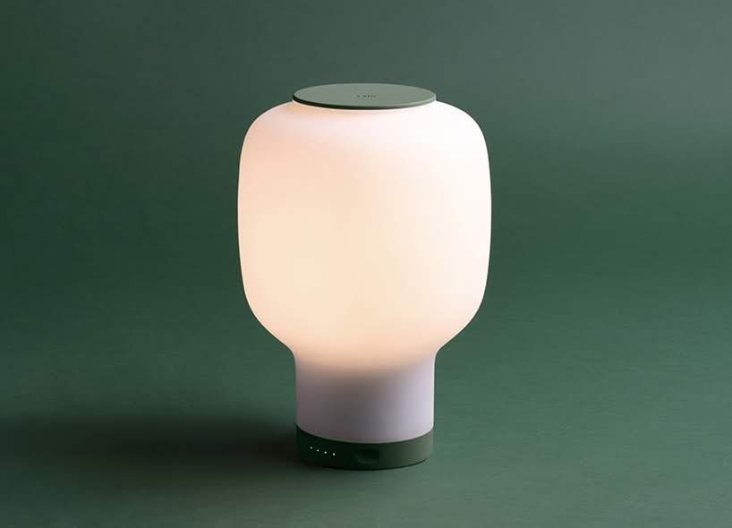 Esta lámpara inalámbrica diseñada por Benjamin Hubert y Layer integra un reloj de alarma