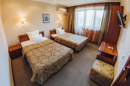 2 комнаты: спальня и гостиная, большая двуспальная кровать или две полутороспальные кровати, кондиционер, балкон, мини-бар, wi-fi, кабельное TV, бойлер (водонагреватель), санузел с ванной и биде, туалетные принадлежности, сейф, махровый халат, чайный набор, телефон с выходом на межгород, шумоизоляция, кожаное кресло.