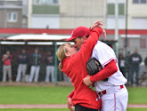 Ontroerend! Belgische baseballspeler stopt spel om vriendin ten huwelijk te vragen
