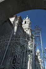 Photo: Torres de la catedral de Arequipa y reja que da a la esquina de las calles Santa Catalina y San Agustin