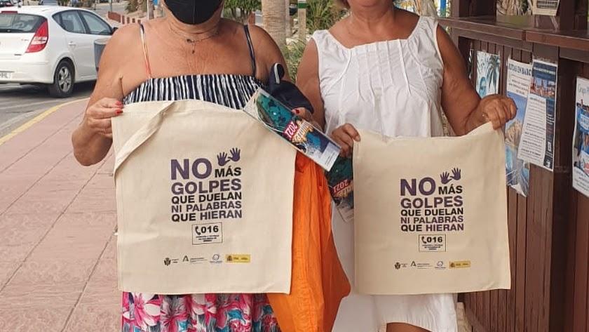 Vecinas con las bolsas de tela repartidas por el Ayuntamiento de Pulpí.