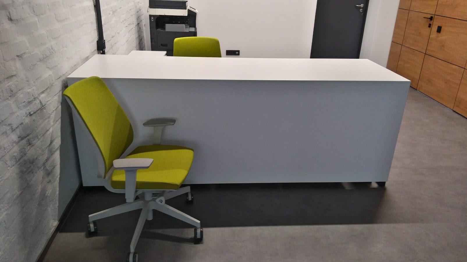Большой стол на металлическом каркасе