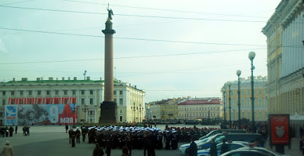 Photo: Militære avdelinger trener til den store paraden 8. mai på plassen bak Vinterpalasset.