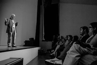 Photo: Jordi @jordicami hablando sobre memoria apoyándose en sus recuerdos digitalizados.