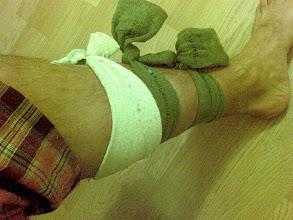 "Photo: Leccion de supervivencia 1: ""calcetines compresores"" (contra la tendinitis)-enviado desde mi nokia E61i"