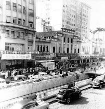Photo: Rua do Imperador. À esquerda, antigo Cinema Petrópolis, hoje sede da uma Igreja Evangélica. Foto da década de 50