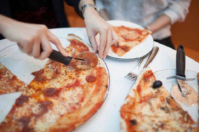 Những miếng pizza ngon lành này lại chứa thành phần tương tự tóc.