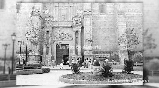 La puerta de la Catedral y el muelle