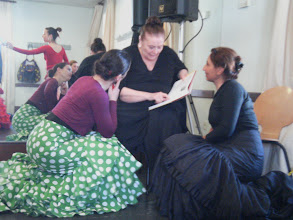 Photo: Matilde Coral prezentuje uczennicom swoją książkę o technice bata de cola