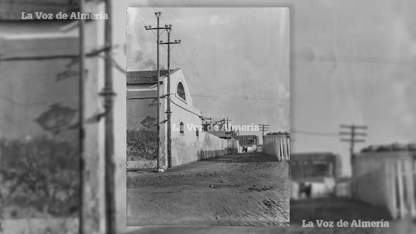 La calle que separaba las instalaciones de la fábrica del gas y el balneario de Diana. La arena de la playa llegaba hasta la Avenida de Cabo de Gata.