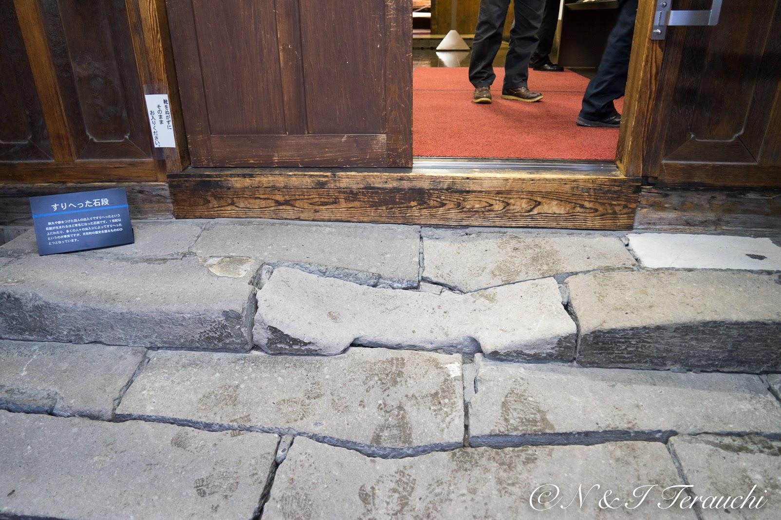 すりへった石段の博物館入口