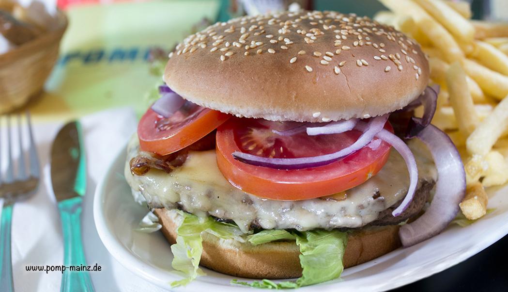 Photo: Bacon-Cheese-Burger Unser Classic Burger serviert mit knusprigem Bacon & Käse überbacken.  Alle unsere Burger bestehen aus 180g magerem, saftig gegrilltem Rind und werden frisch auf einem Jumbo-Sesam-Bun mit Eisbergsalat, Tomate & Red Onions zubereitet. Dazu servieren wir Deli-Salat & French Fries oder Blattsalat mit Radieschen, Sprossen, Karotten & Champignons sowie Balsamicodressing.