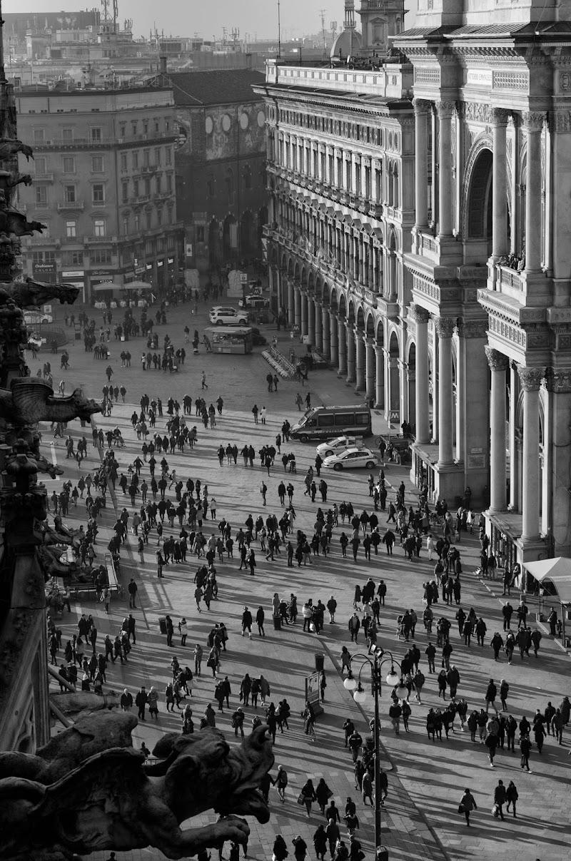 Piccoli umani in piazza del Duomo di Alessandro Marani