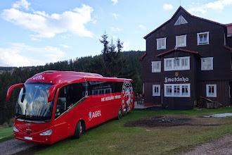 Photo: Náš bus HC Oceláři Třinec před chatou Smetánka v Peci pod Sněžkou