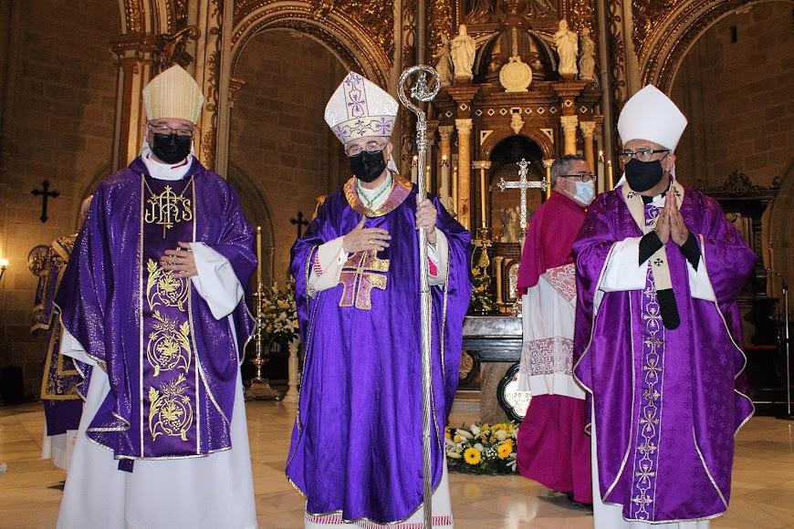 El obispo, Antonio Gómez; Adolfo González Montes, obispo de Almería; y el arzobispo metropolitano de Granada, Francisco Javier Martínez.