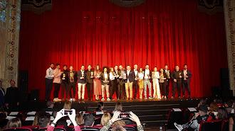 Los 16 galardonados en la gala de los Premios de la Noche Almeriense junto a Curro Verdegay.