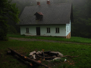 Photo: Na szlaku nie spotykamy żadnego desperata a wędrówkę umila sprawozdanie Grzesia nt tegorocznego pobytu w Mołdawii. Przy domku myśliwskim, na Przełęczy Różaniec (Ruženec),  decydujemy się na drobny postój.