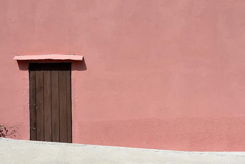 Fra l'uscio e il muro di Luca Mandelli