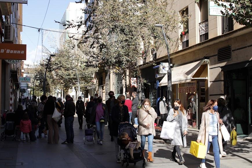 La calle Reyes Católicos llena de almerienses.