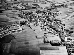 Photo: plattegrond Eext In het midden de fabriekspijp en de kerk. Links Kromveen