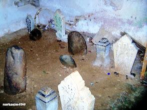 Photo: Makam raja-raja Luwu dalam kubah (lokko) di Kota Palopo. Dalam kubah yang berukuran 10mx10m ini terdapat 37 makam, (Foto April 2012).