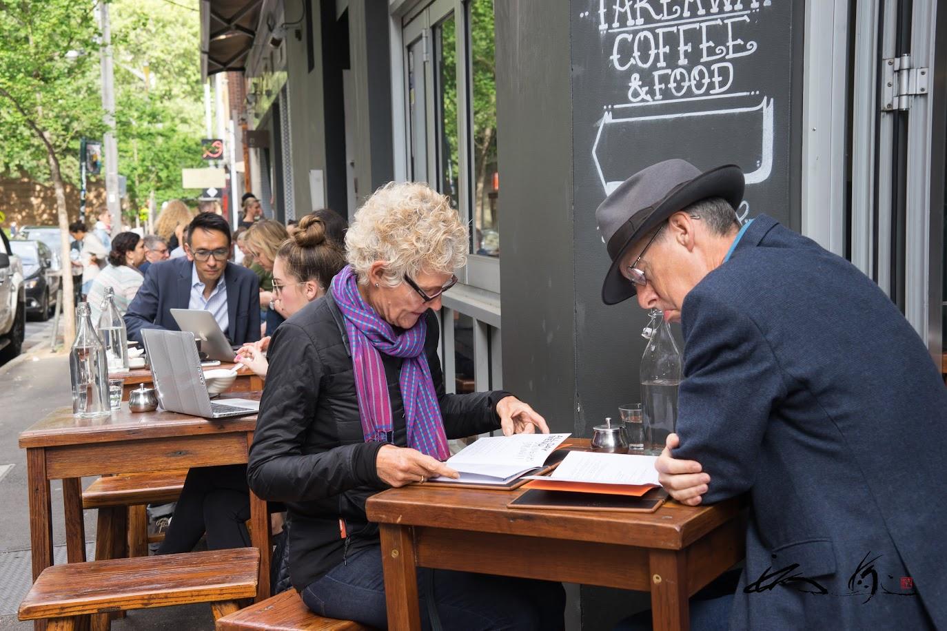 モーニングカフェを楽しむ素敵な老夫妻