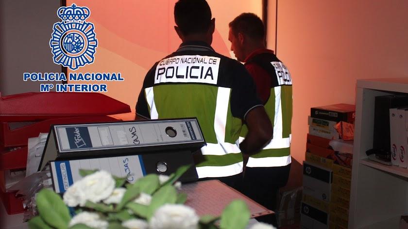 Agentes de la Policía Nacional durante la detención.