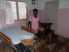Photo: la sage-femme dans la salle d'accouchement