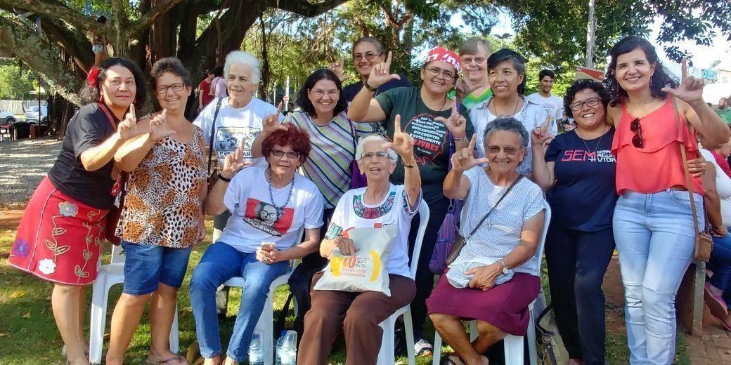 A imagem pode conter: 13 pessoas, pessoas sorrindo, pessoas em pé e atividades ao ar livre