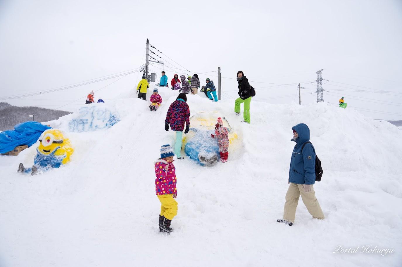 雪像滑り台「ミニオン」