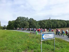Photo: Wir sind fast am Ziel, das man endlich erspähen kann. Noch ca. 1245 m. Was man sieht, sind noch lange nicht alle Pilgerinnen und Pilger.
