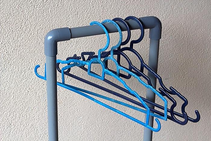 Penyangkut baju boleh digantung pada pemegang rak untuk sangkut baju untuk jemur dan mengosok.