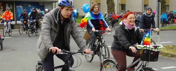 Ostermarschiererinnen auf mit Friedensfahnen und -Luftballons geschmückten Fahrrädern.
