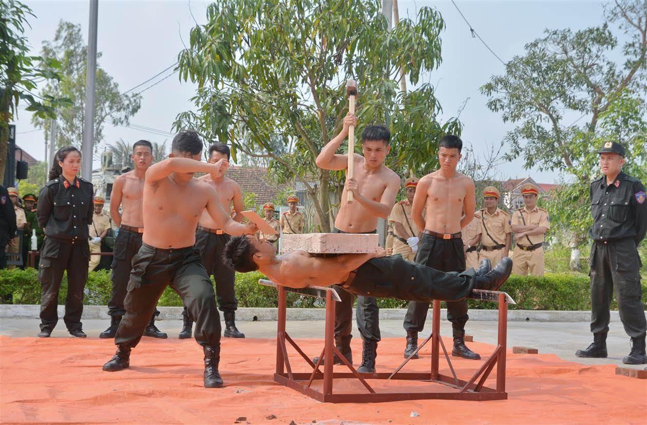 Cán bộ Phòng Cảnh sát Cơ động Công an tỉnh Nghệ An                                        đang hướng dẫn cho các học viên biểu diễn khí công