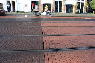 Photo: Proefvak bestrating trambaan Marnixstraat. Links asfalt met 'streetprint', rechts klinkers.