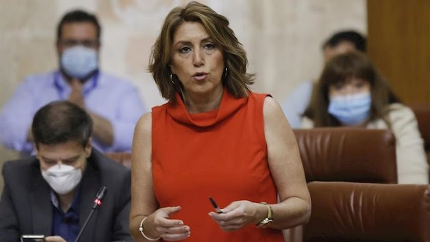 Susana Díaz tiende su mano a Juanma Moreno.