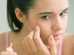 Trong quá trình trị mụn trứng cá, không nên chạm tay lên mặt, nặn mụn