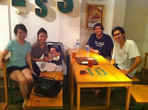 Photo: Cenando con la familia en la que me alojé en Yogya. Gente majísima.