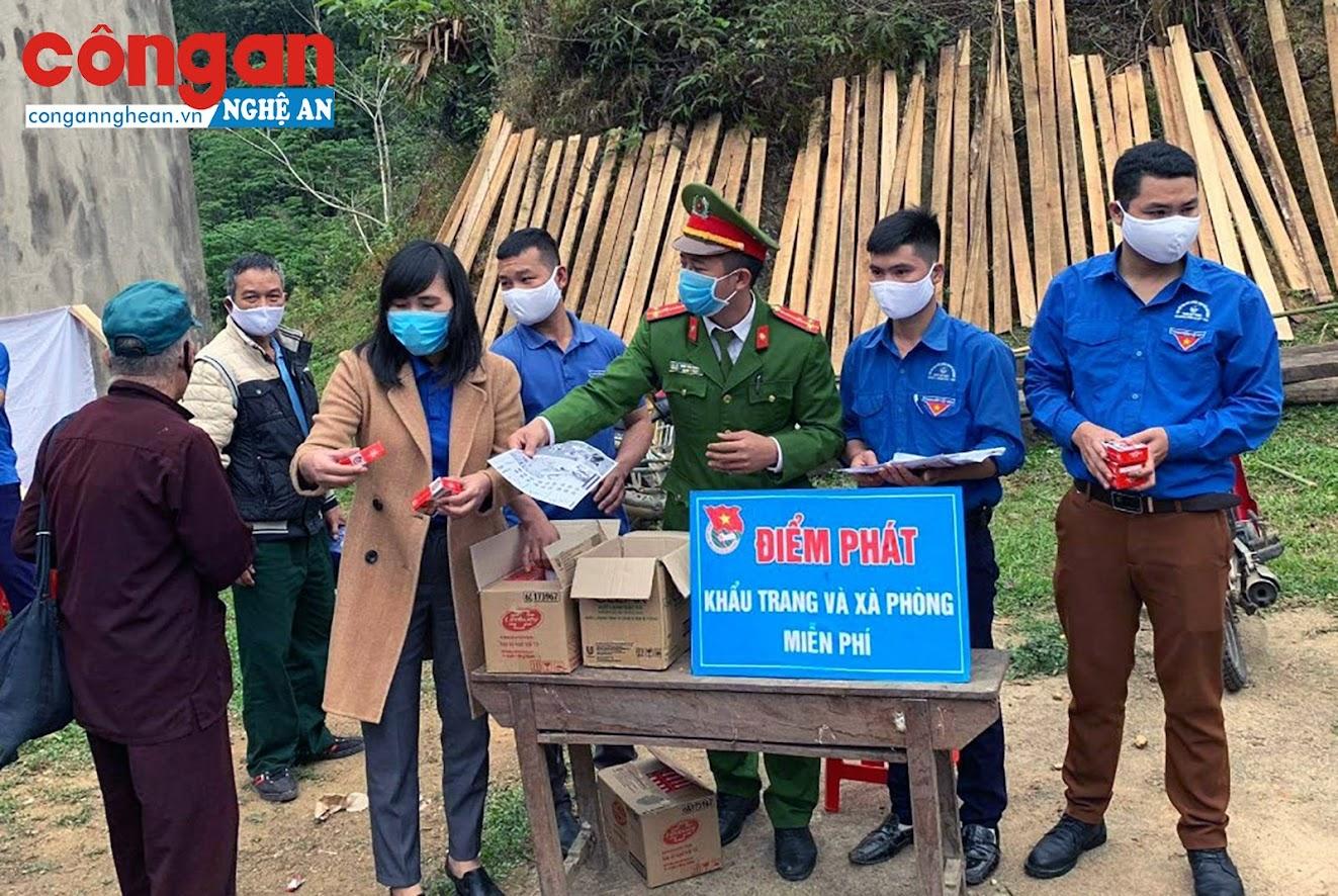 Phát khẩu trang, xà phòng miễn phí cho người dân tại bản Mường Piệt